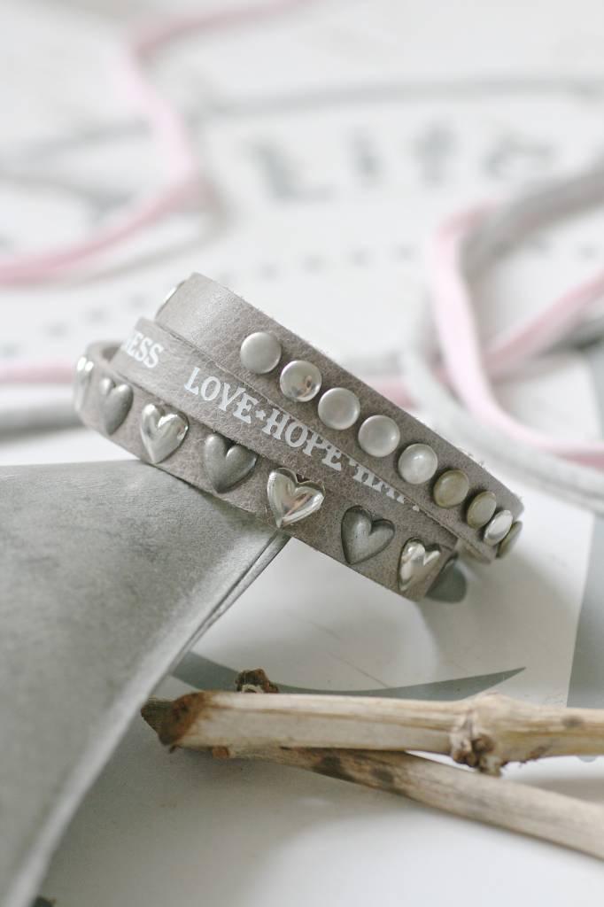 Driedubbele leren Armband met tekst en studs, grijs