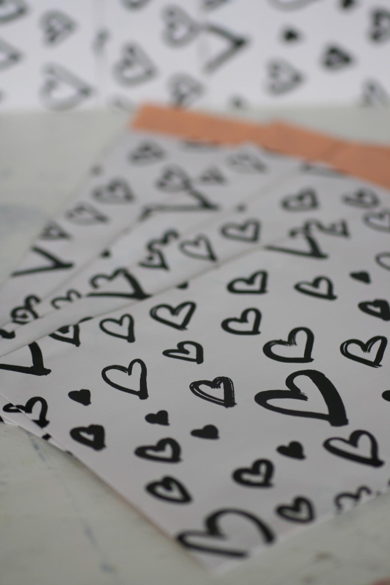 Papieren zakjes 12x19cm wit met zwarte hartjes, 5 stuks