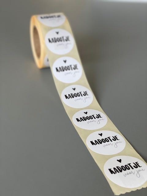 Ronde sticker 'KADOOTJE voor jou' wit/zwart, 10st