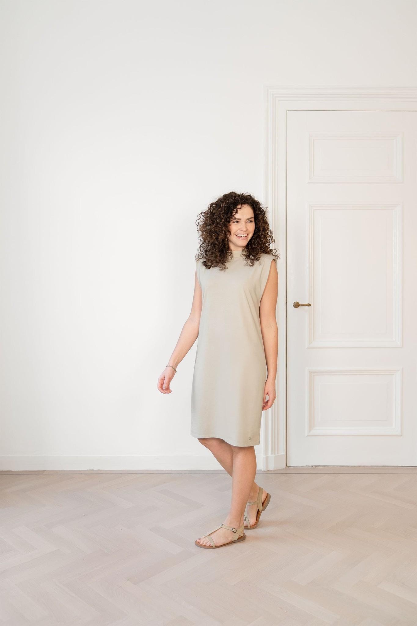Zusss Basic jurk met schoudervulling - zand