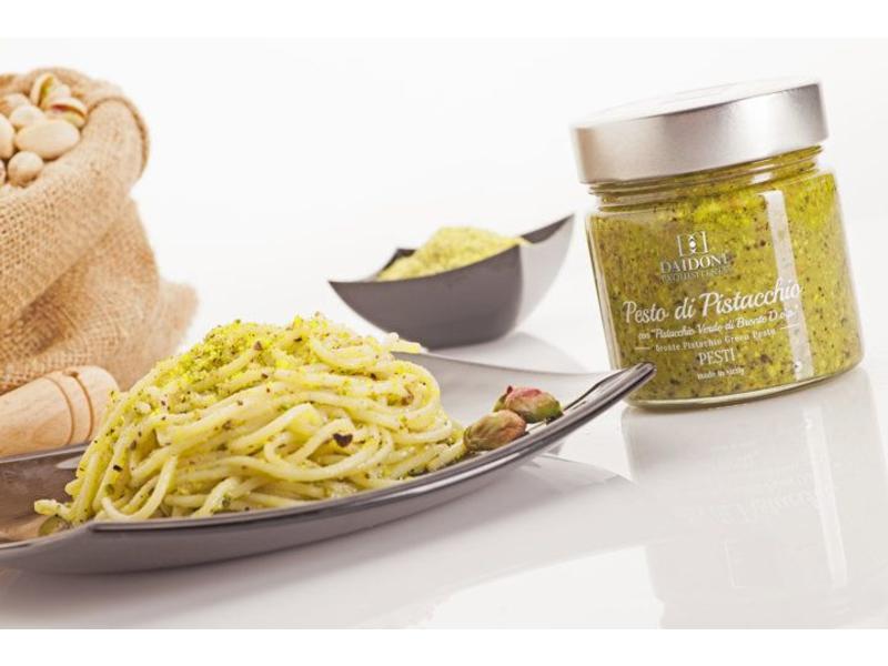 Pesto gemaakt van amandelen, 40% basilicum, aubergine, en olijfolie