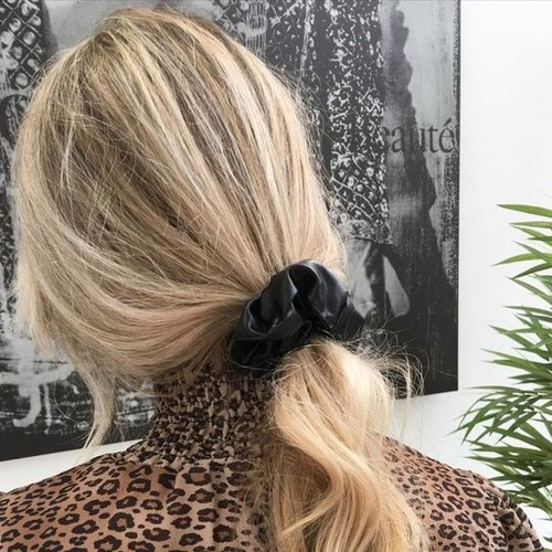Oh So HIP Faux leather scrunchie zwart
