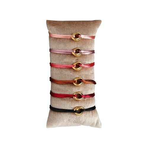 Satijnkoord armband met ringen licht roze/goud