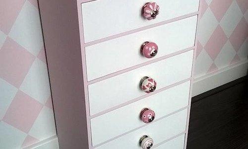 Meubels met verschillende porseleinen knoppen.