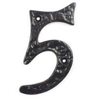 Gietijzeren huisnummer 5 cursief zwart gelakt.