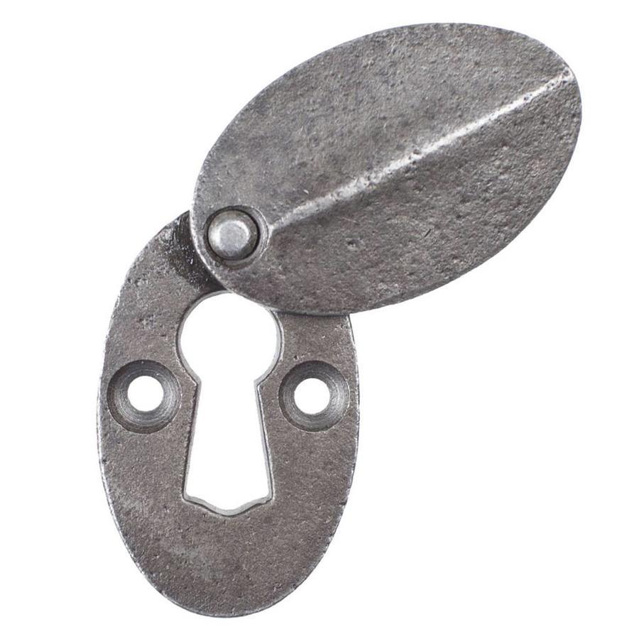 Gietijzeren sleutelrozet met afdekplaatje.