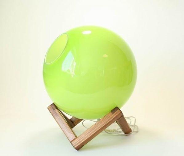 Handgemaakte groene lamp op houten voet.
