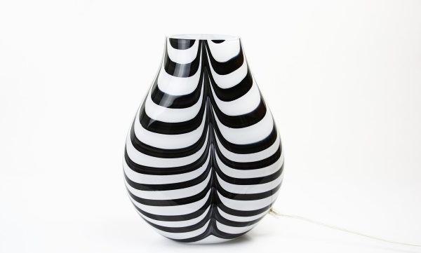 Handgemaakte lamp in ronde vorm van wit/gestreept glas met opening aan de bovenzijde.