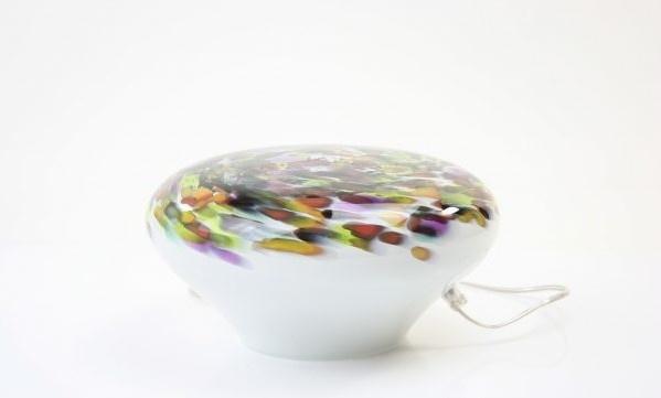 Handgemaakte lage ovalen lamp van glas met kleurrijke bovenzijde.