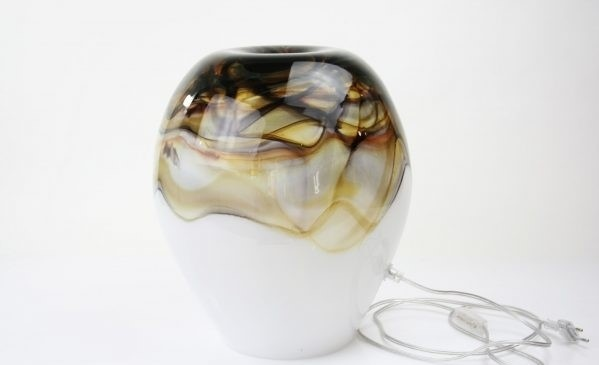 Handgemaakte lamp van wit glas in ronde vorm met inkeping aan de bovenzijde.