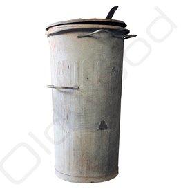 Industrieel accessoire Oude originele zinken vuilnisbakken