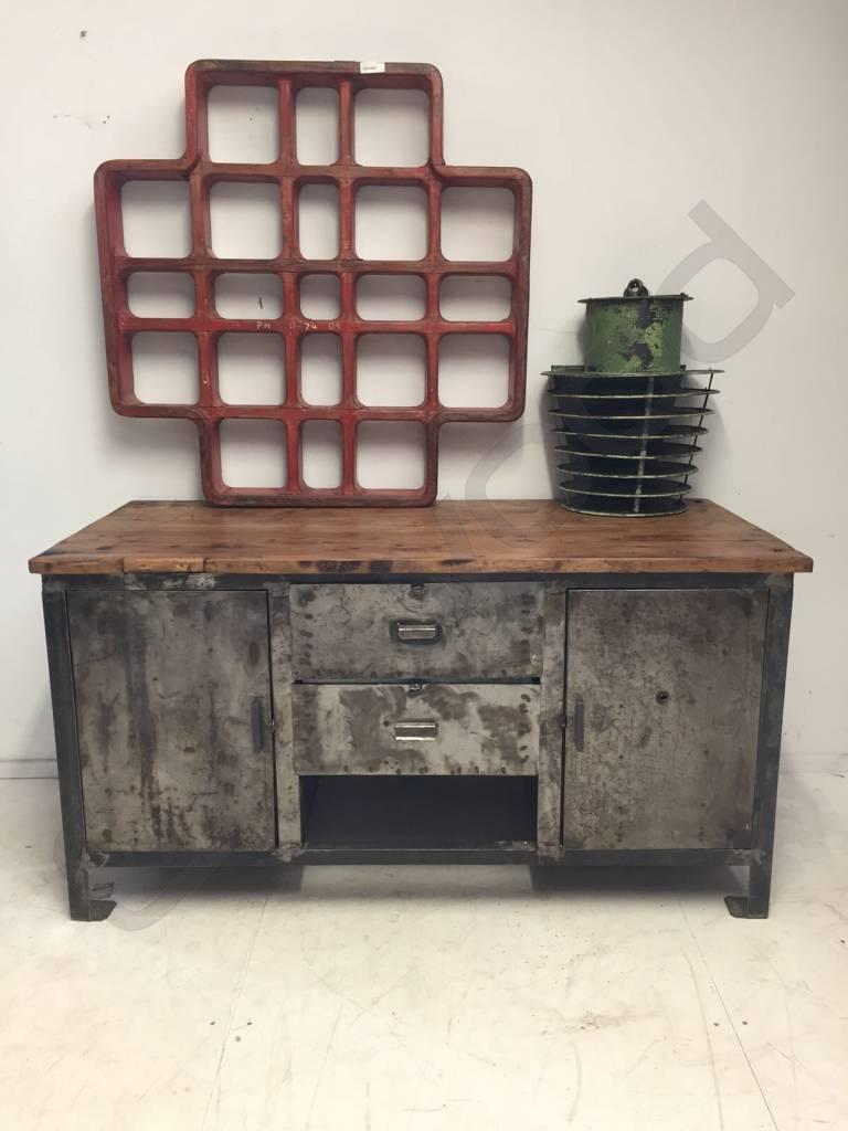 Industrieel meubel Reeds Verkocht! Stoer dressoir, industriele werkbank