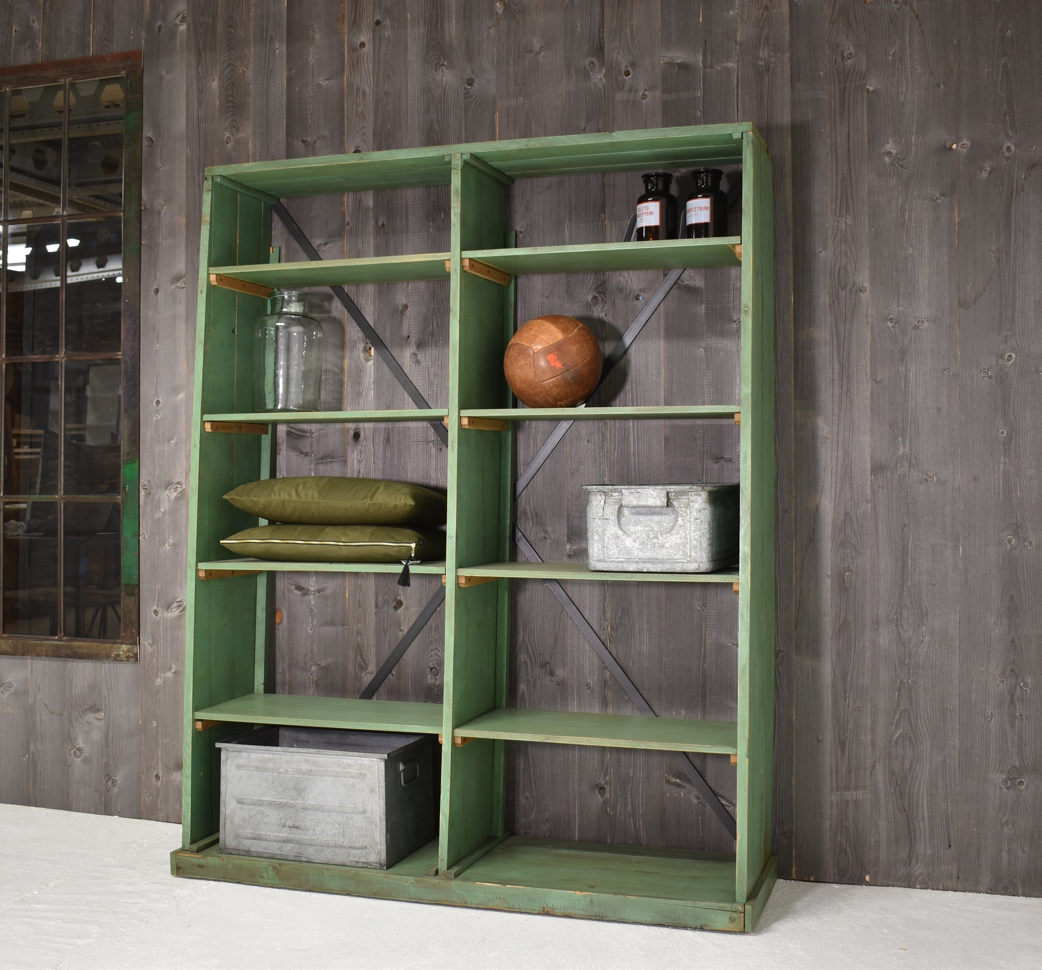 Groene houten stellingkast