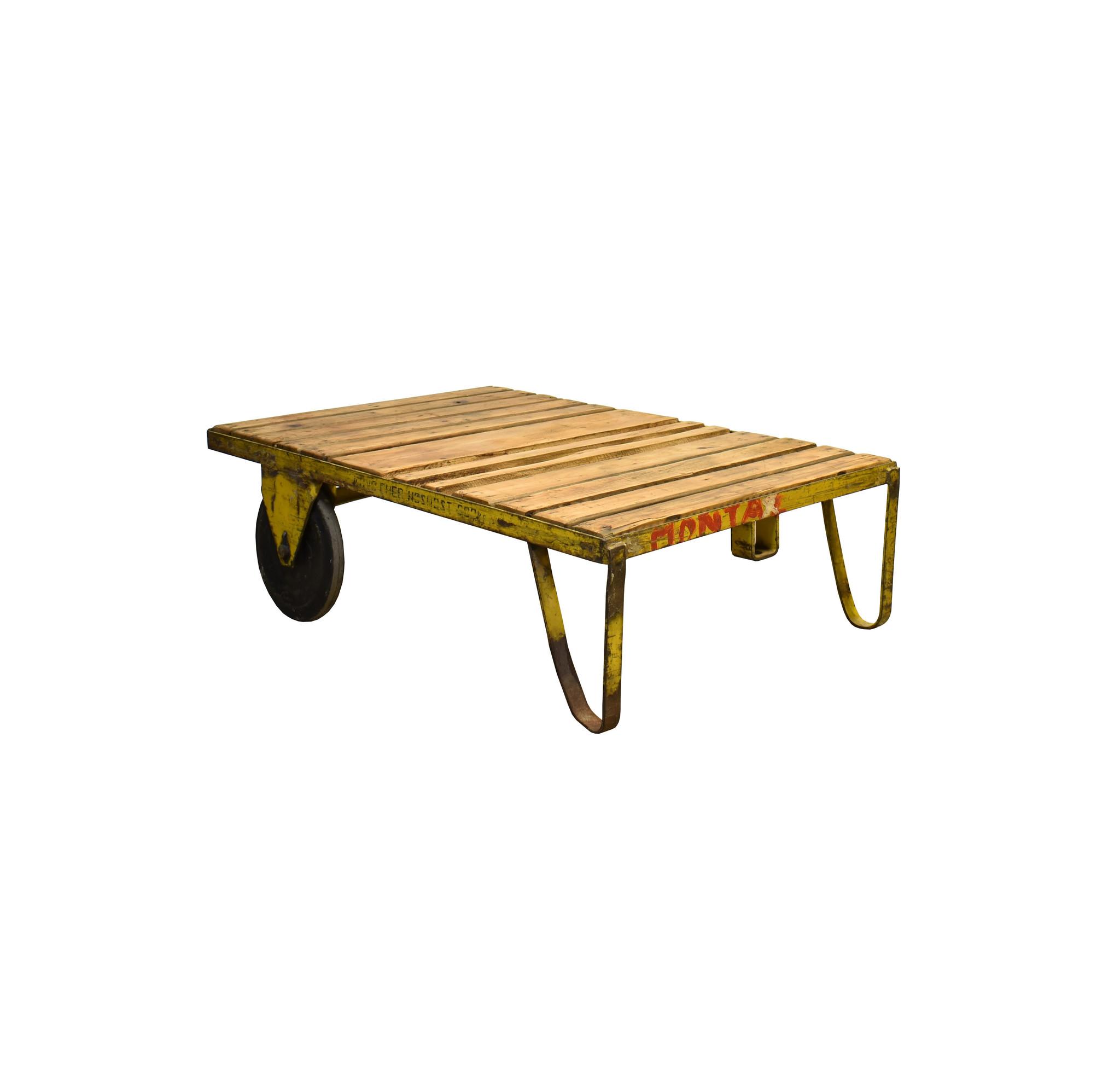 Industriële oude houten trolley met metalen onderstel en wielen