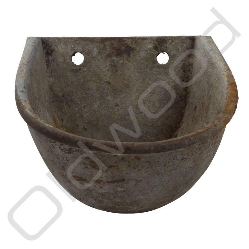 Oude metalen voederbak