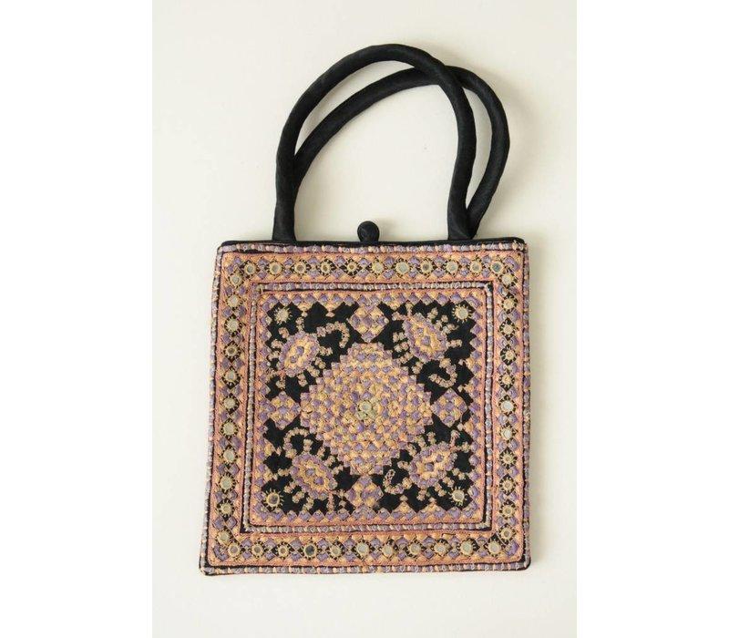 Elegant tasje met verfijnd borduurwerk