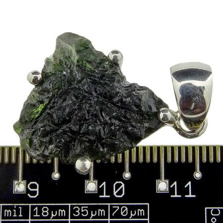 Kettinghanger van moldaviet met zilver afgewerkt