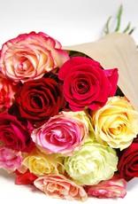 flotte Blumen Rosenstrauß gemischt mit 12 herrlichen Rosen in verschiedenen Farben