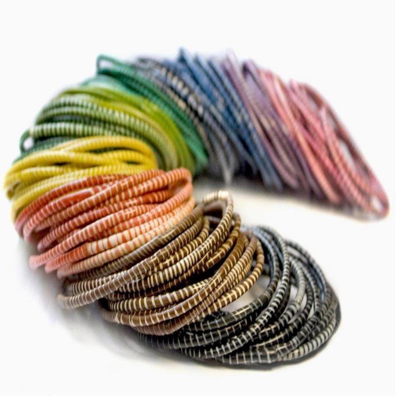 Afrikanische farbige Armbänder aus recycelten Hausschuhen