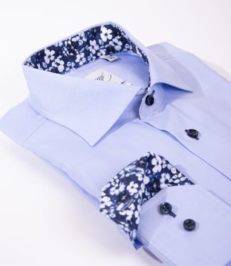 FORMEN lichtblauw hemd met Italiaanse kraag, slim fit