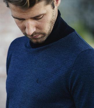 FORMEN blauwe, fijn gebreide trui met rolkraag
