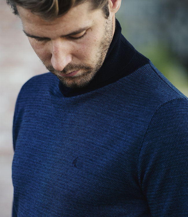 blauwe, fijn gebreide trui met rolkraag