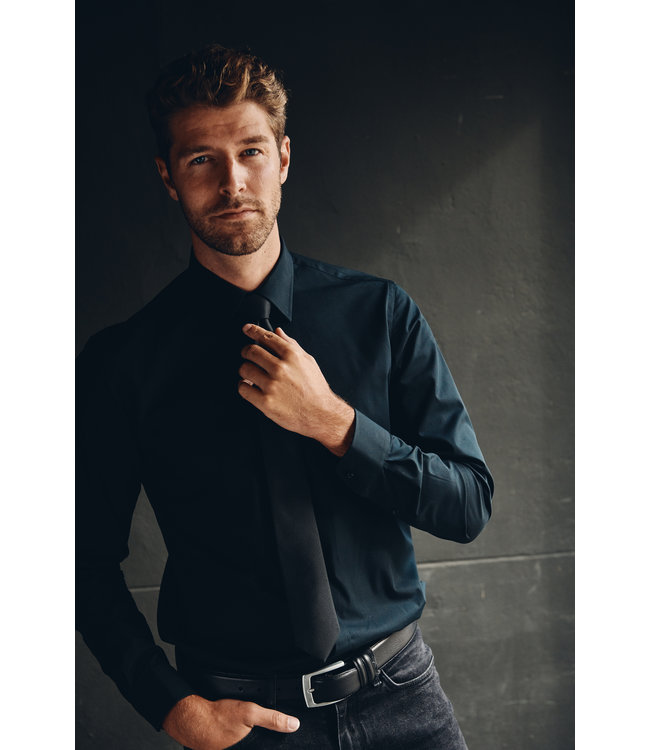FORMEN zwart hemd in poplin katoen, slim fit