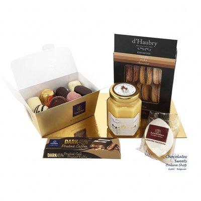 Geschenkpaket mit Pralinen und Delikatessen
