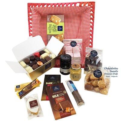 Geschenkkorb mit Pralinen und Delikatessen