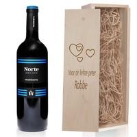Rode Wijn in houten kist met gravering