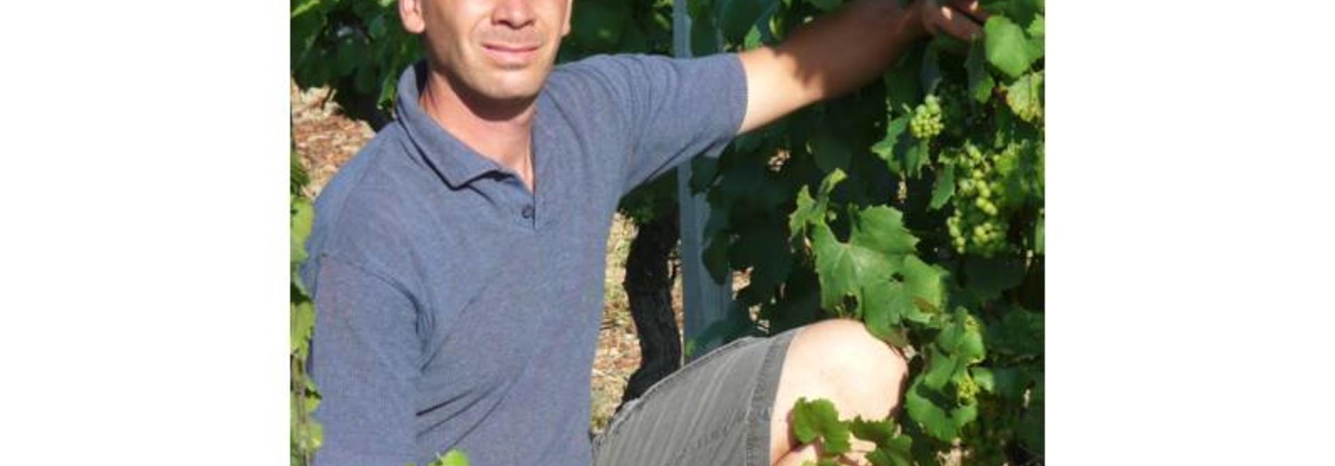 Wijnmaker Denis Vervier een iets wat verlegen en bescheiden man, die opbloeit als hij over wijn begint te praten.