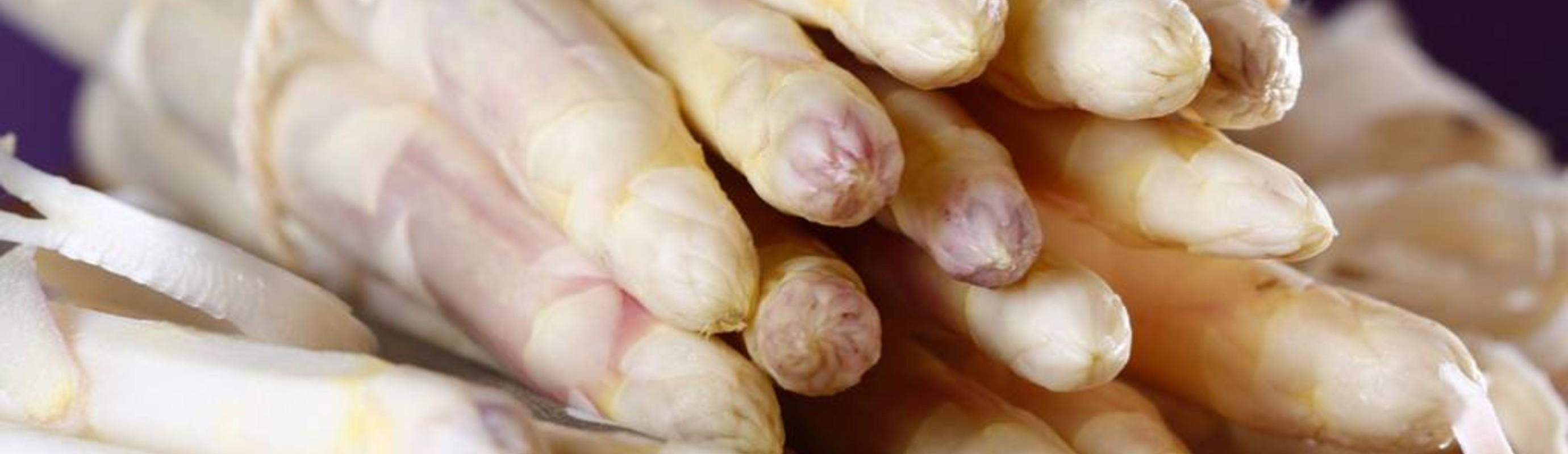 De eerste asperges zullen snel de kop op steken.