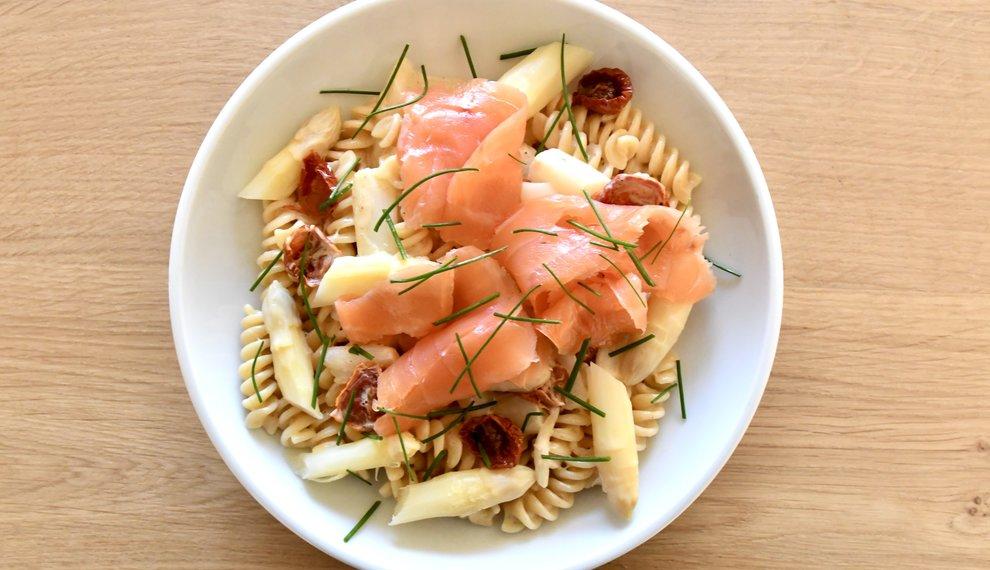 Pasta met asperges, hollandaise saus, gedroogde tomaatjes en gerookte zalm