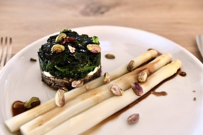 Spinazie-geitenkaastaartje met paddenstoelen en asperges