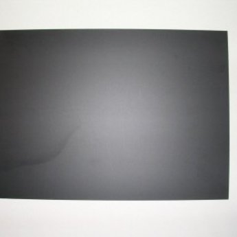 Folie 500x700  mm zwart - krijtfolie, dikte 1mm.<br /> Materiaal is niet 100% glad, houdt in dat het ietwat poreus is, en laat waas en sporen van krijtstiften achter. Zal dus op tijd vervangen moeten worden.