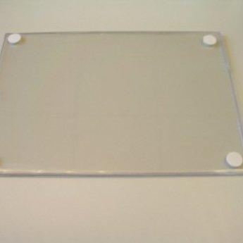 Kaarthouder A4 , alleen aan de korte zijde open, met duimuitsparing en met tape-rondjes op de achterzijde. Materiaal is niet flexibel.