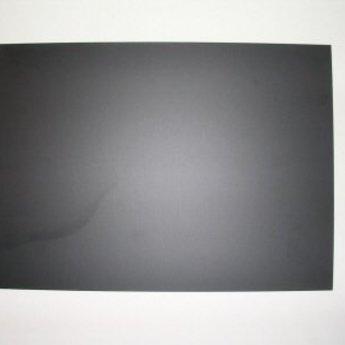 Folie 535x735 mm zwart - krijtfolie, dikte 1mm.<br /> Materiaal is niet 100% glad, houdt in dat het ietwat poreus is, en laat waas en sporen van krijtstiften achter. Zal dus op tijd vervangen moeten worden.