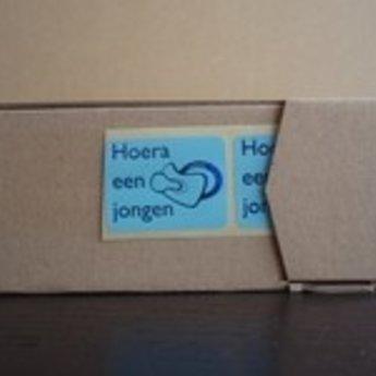 Gelegenheidsetiketten - Hoera een jongen - met speen - kleur blauw/zwart metallic 25x25 mm 500/rol.