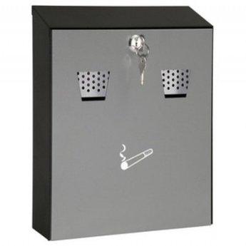 Asbak metaal wandmodel, voor sigarettenpeuken voor in overdekte omgeving.<br /> Voorzien van 2 inworp openingen voor as en peuken. De naar voren open klappende voorkant is voorzien van een rook pictogram. de inzet asbak kan eenvoudig uitgenomen worden. De voork