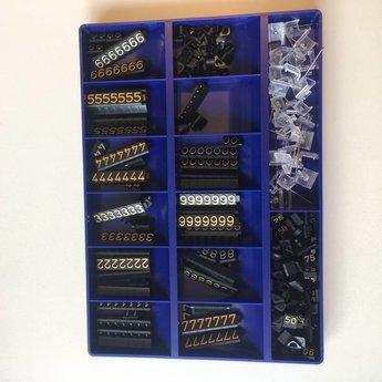 Bock Prijskassette Compact Midi 1311 zwart/goud, cijferhoogte 6,3 mm. Bestaat uit 360 prijsblokjes. Bestaat uit 360 prijsblokjes. O.a. 30x1 30x2 20x3 20x4 35x5 20x6 20x7 20x8 35x9 30x0 10x25 10x50 10x90, diverse .- en . en 20x houders met naald.