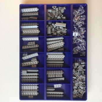 Bock Prijskassette Compact Midi 1312 grijs/wit, cijferhoogte 6,3 mm. Bestaat uit 360 prijsblokjes. O.a. 30x1 30x2 20x3 20x4 35x5 20x6 20x7 20x8 35x9 30x0 10x25 10x50 10x90, diverse .- en . en 20x houders met naald.