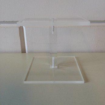 Acryl-schoenstandaard / zuiltje 10x10cm hoog 100mm<br /> Geproduceerd in Duitsland / Made in Germany.