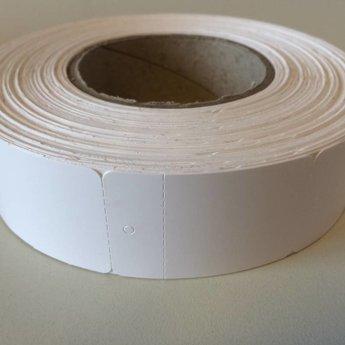 Hangetiket op rol 40x60 mm blanco onbedrukt 1000 per rol, wel ponsgaatje, en wel perforatie in kaartje.