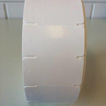 Hangetiket op rol 58x30 mm breed op de rol, blanco onbedrukt 2000 per rol, wel ponsgaatje, en wel perforatie in kaartje