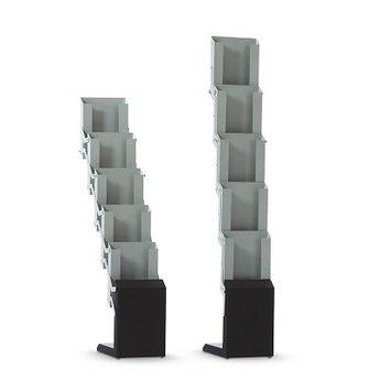 Brochurerek met 5 vakken voor A4 folders, opvouwbare uitvoering. Inclusief draagtas. Vergrendeling door uitstelstiften op de zijkant.Kleur is grijs/zwart. Materiaal metaal. Gewicht 3,6kg. Geschikt voor folders A4 (21x29,7cm) Inclusief draagtas. Hoogte ui