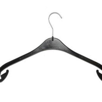 Hanger zwart NA26 japon/blouses/breigoed. De NA is een uitermate populaire platte standaard  kleerhanger en zeer geschikt  voor uw blouses, T-shirts, truien en zelfs rokken. breedte 26cm, dikte 7mm, doosinhoud 800 stuks.