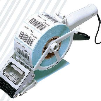 Etikettendispenser TOWA AP 65-60. Voor RECHTHOEKIGE etiketten.Etikettenbreedte inclusief onderpapier, minimaal 25mm en maximaal 60mm breed, etikethoogte minimaal 20mm en maximaal 60 mm. Maximale roldiameter 100mm.