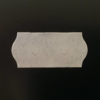 Etiket 22x12 golfrand wit semi-permanent 2-slitjes in onderpapier  63.000 etiketten  (42 rollen