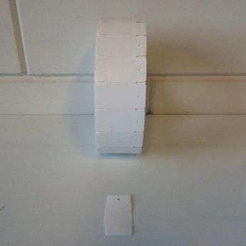 Hangetiket op rol 58x30 mm breed op de rol, blanco onbedrukt 2000 per rol, wel ponsgaatje, en geen perforatie in kaartje