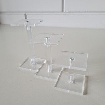 Acryl-schoenstandaard-setje bestaande uit 3 midi-zuiltjes plateau-afmeting 7x7cm hoogtes 5cm + 10cm + 15cm Geproduceerd in Duitsland / Made in Germany.
